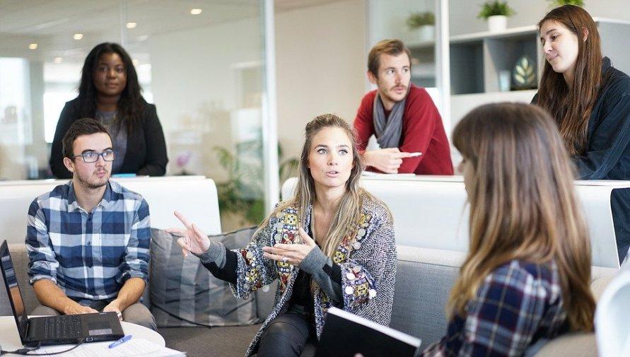 Niewielkie biuro. Grupa ludzi prowadzących dyskusję. Cztery kobiety i dwóch mężczyzn.