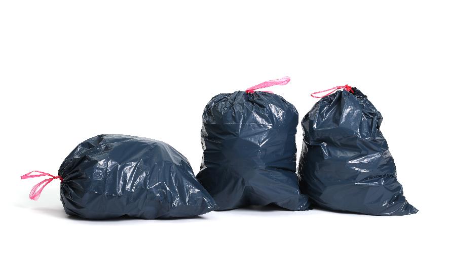 czarne worki ze śmieciami