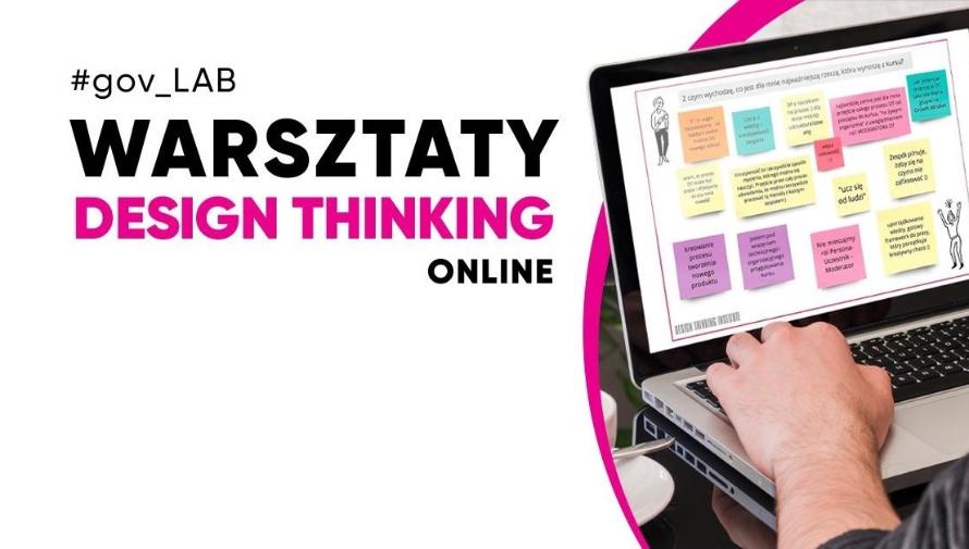 napis Warsztaty Design Thinking online, męskie dłonie na klawiaturze laptopa