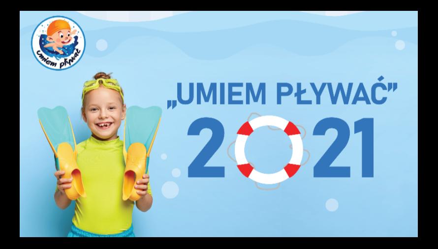 Plakat. W lewym górnym rogu logo projektu Umiem pływać, poniżej dziewczynka w okularkach do pływania trzymająca w ręku płetwy. Napis; Umiem pływać 2021. zamiast zera koło ratunkowe.